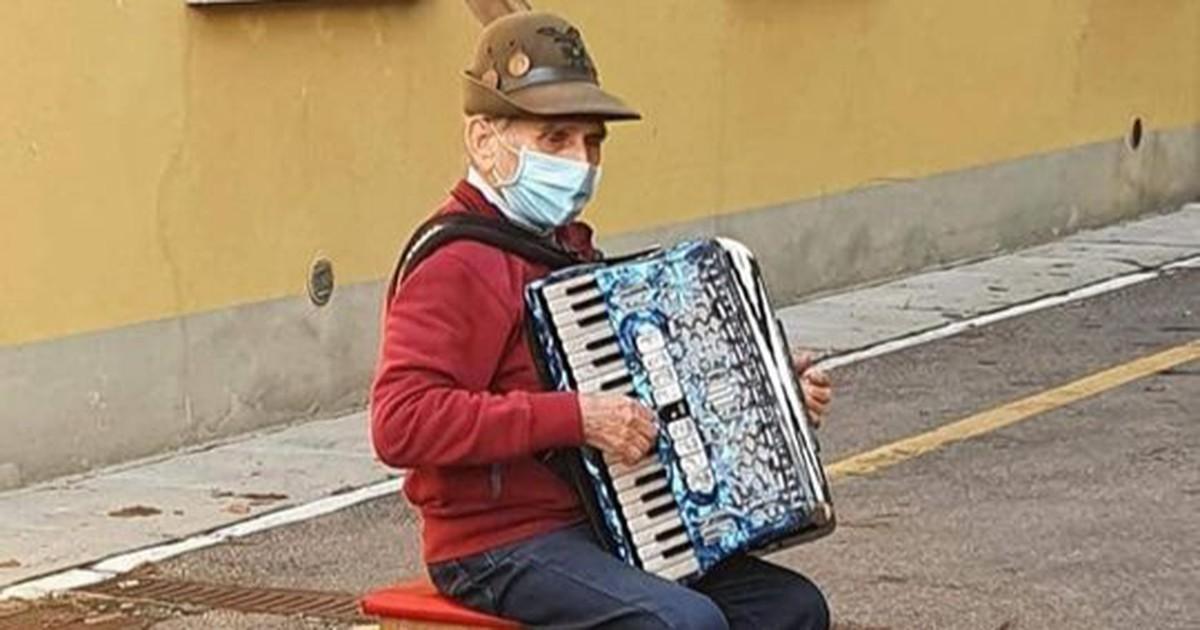 Romantischer Rentner überrascht seine Frau vor dem Krankenhaus
