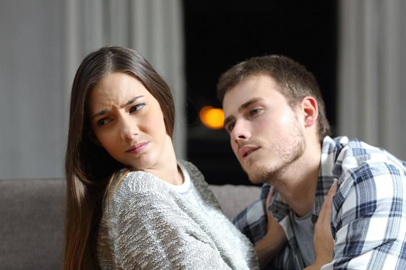 Die Frau ist unsicher, was ihre Beziehung angeht.