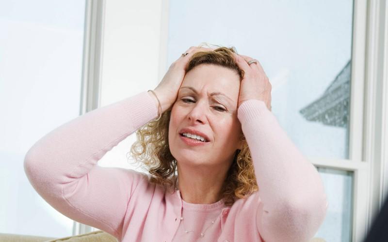 Die Frau verzweifelt, weil sie einen schrecklichen Satz gesagt hat.