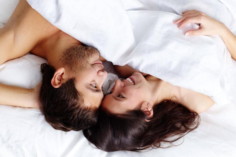Glückliches Paar verbrennt gemeinsam Kalorien im Bett