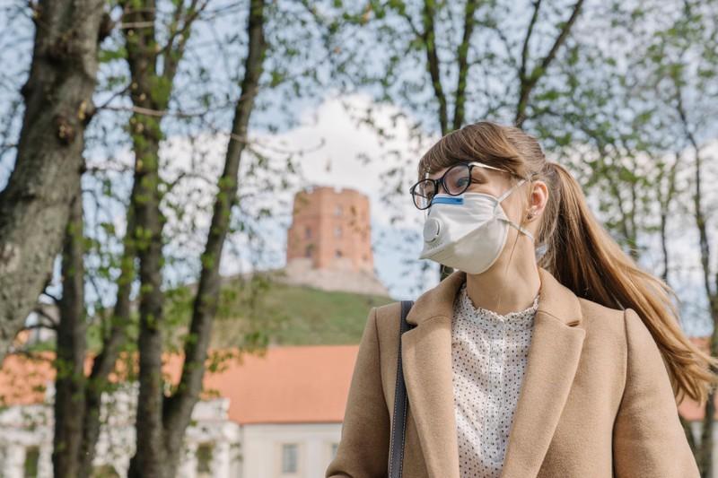 Die FFP2 Maske muss unter der Brille getragen werden