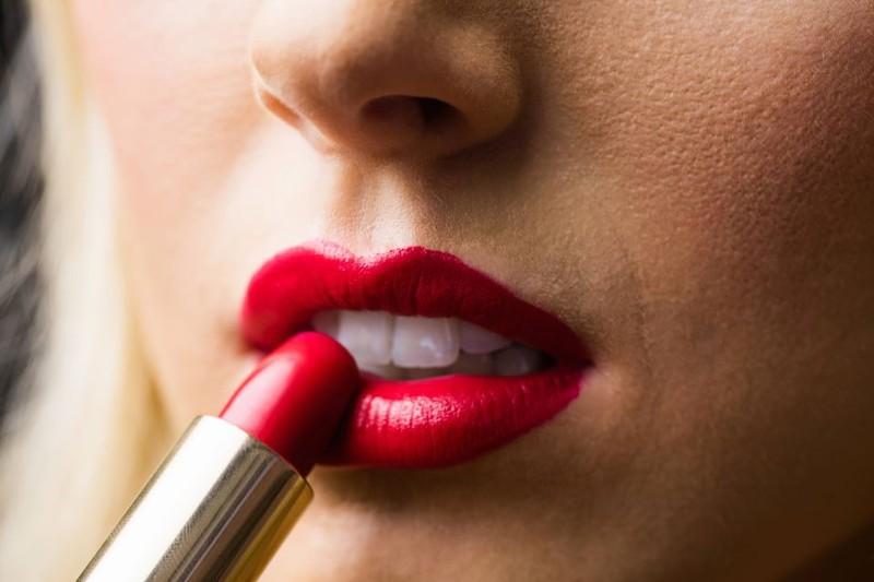 Eine Frau trägt Lippenstift auf, der das gesuchte Produkt des Rätsels war
