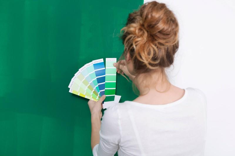Frau überlegt, welche Farbe am besten zu ihrem Zuhause passt