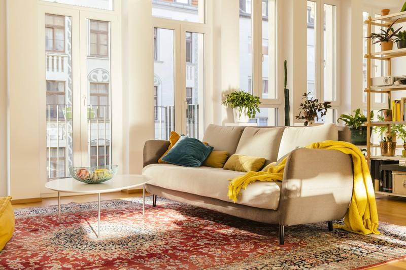 Mit unterschiedlichen Materialien kannst du deine Couch oder dein Bett leicht umstylen
