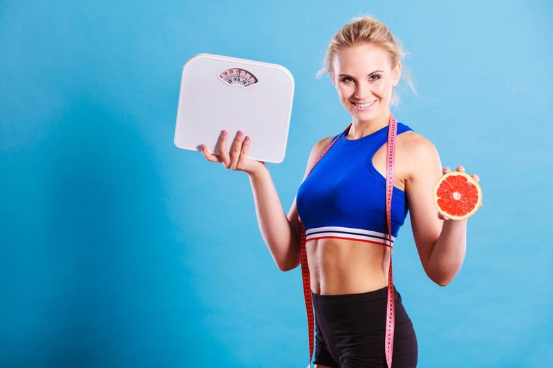 Eine Frau will abnehmen mit Diät und Sport