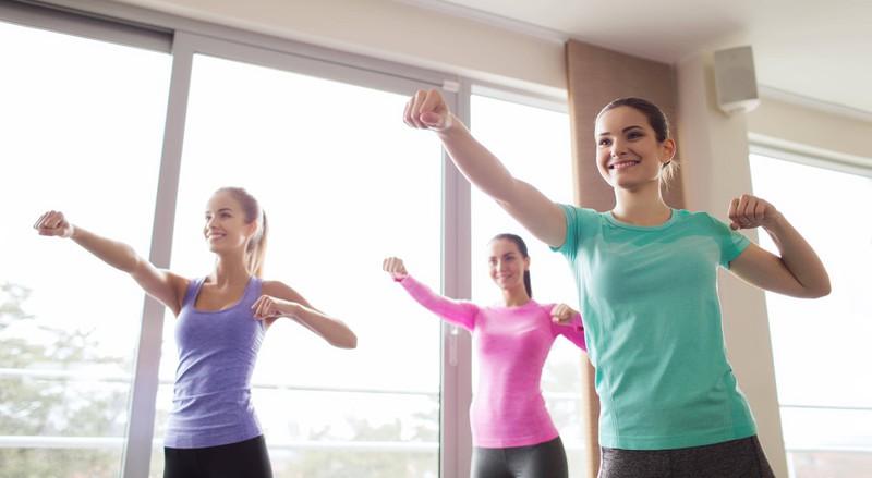 Fraue machen zusammen Sport
