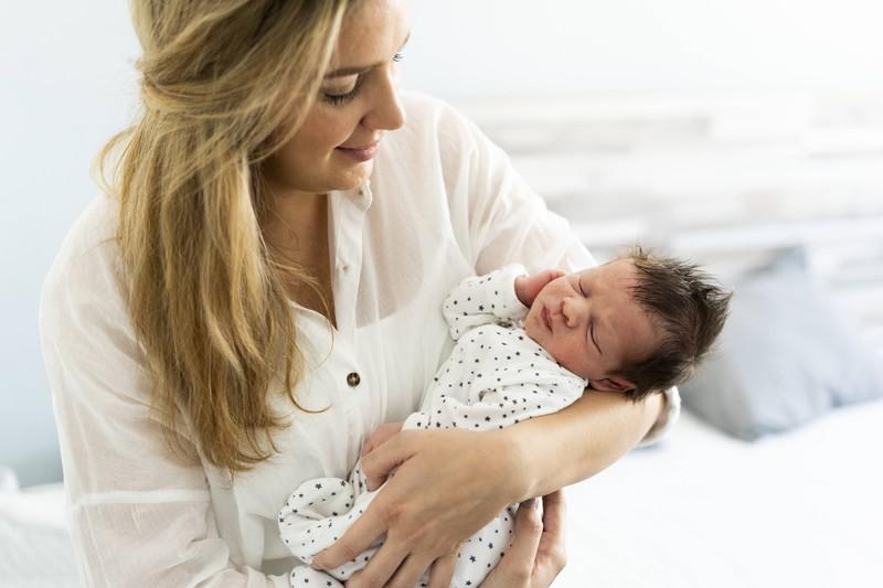 Eine Frau, die sich dafür entschieden hat, ein Kind zu bekommen. Was nicht bei allen Frauen so ist