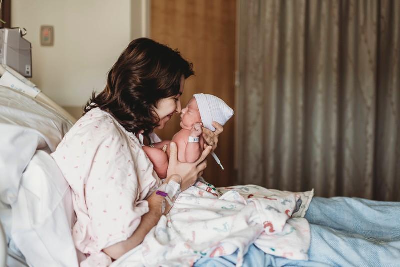 Eine junge Mutter, die gerade von ihrem Freund verlassen wurde, weil er mit ihrer Mutter durchgebrannt ist