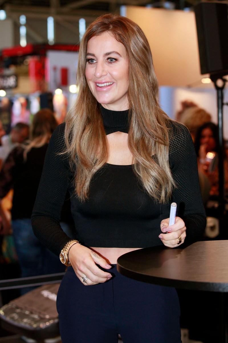 Die Moderatorin Charlotte Würdig, die sich die Falten aufspritzen hat lassen