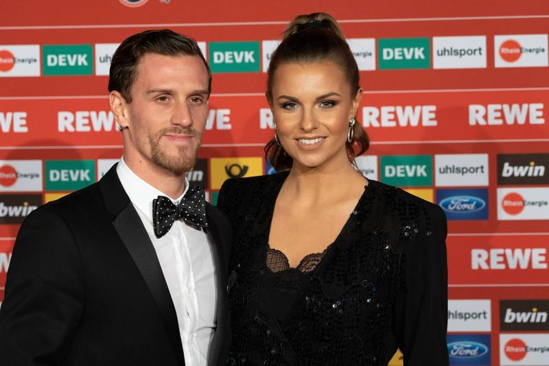 Die Sport-Moderatorin Laura Wontorra ist mit dem Fußballer Simon Zoller verheiratet und selbst sehr erfolgreich