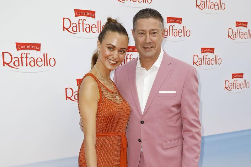 Joachim Llambi mit seiner Stieftochter Katharina, mit der zusammen auf dem roten Teppich ist