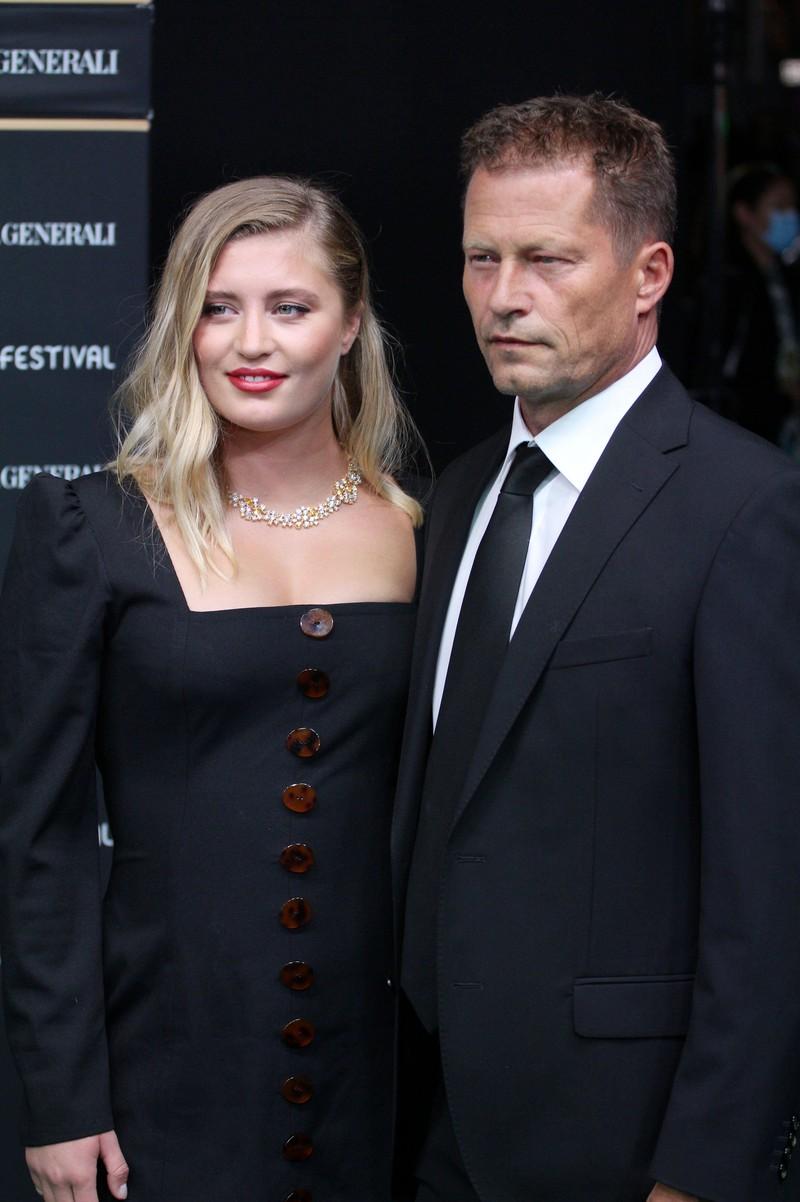Man sieht Promi Til Schweiger mit seiner Tochter Luna Schweiger. Sie ist inzwischen ein erwachsenes Promi-Kind