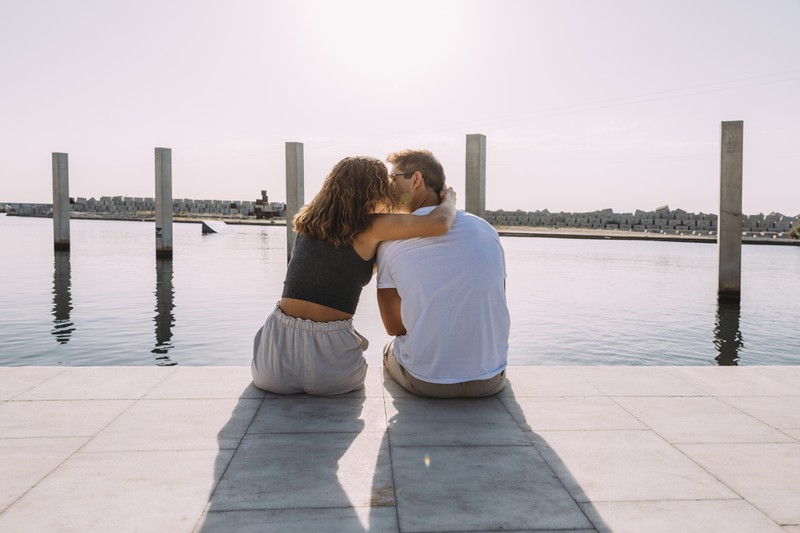 Ein Mann, der über Zukunftsperspektiven mit seiner Freundin nachdenkt, beweist, dass er langfristig plant und ein guter Papa wäre.