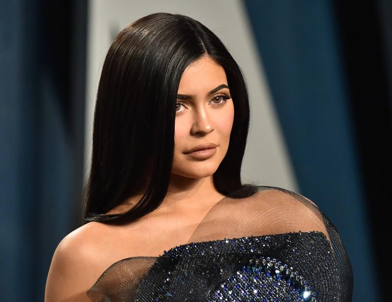 Durch ihre Kosmetikmarke fällt Kylie Jenner mit ihrem Make-up auf, dabei steht ihr auch der natürliche Look.
