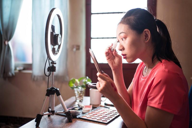 Durch Make-up können wir unser Aussehen stark beeinflussen, wodurch selbst Promis ungeschminkt ganz anders aussehen!